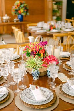 Arranjo de mesa baixo colorido despojado