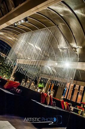 Lounge com com lamina de espelho e lustr