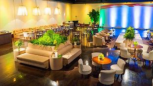 Lounge com folhagens e verde.