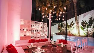 Lounge com velas e folhagens e orquideas.