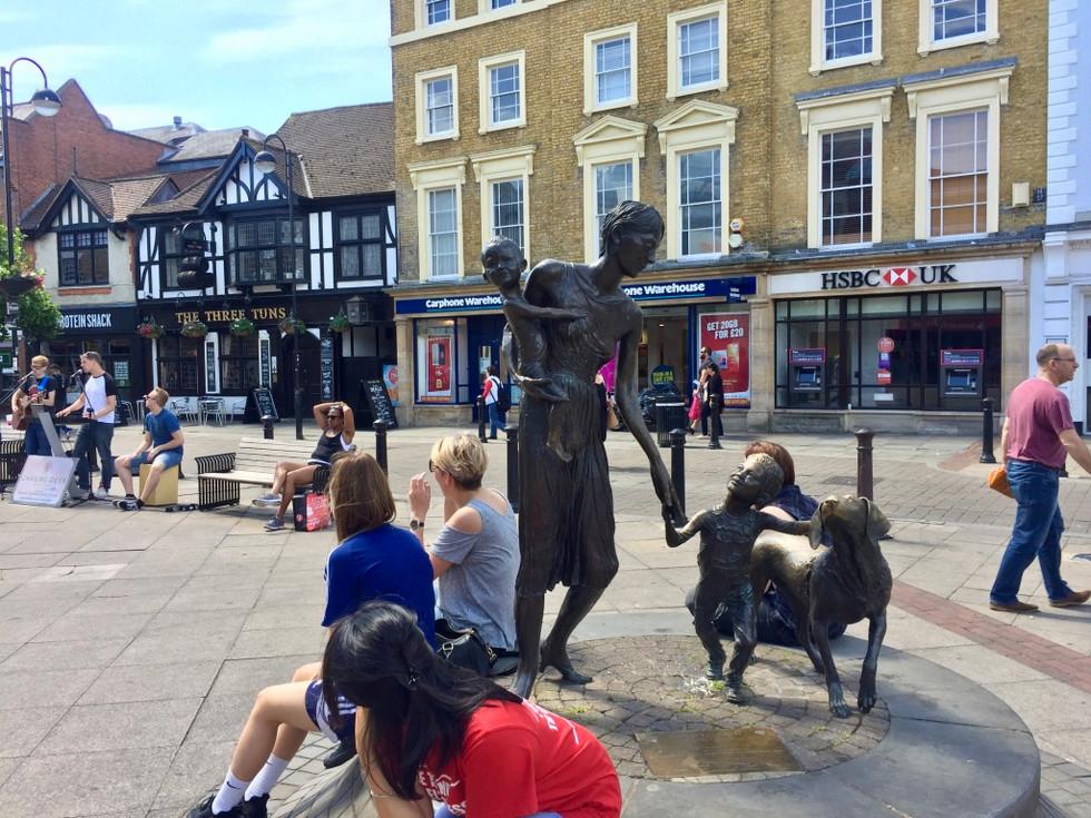 런던 억스브리지역 앞에서 (Uxbridge Station, London)