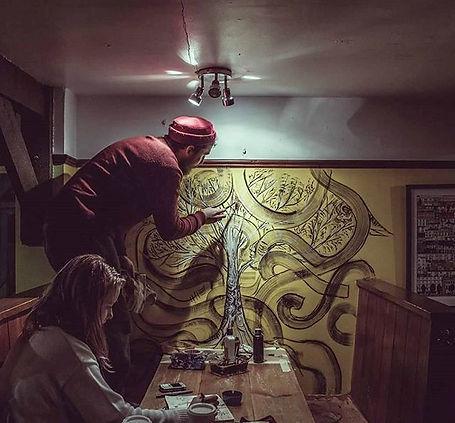 Art intuitif Brighton Arbre de vie avec oiseaux et personnage.
