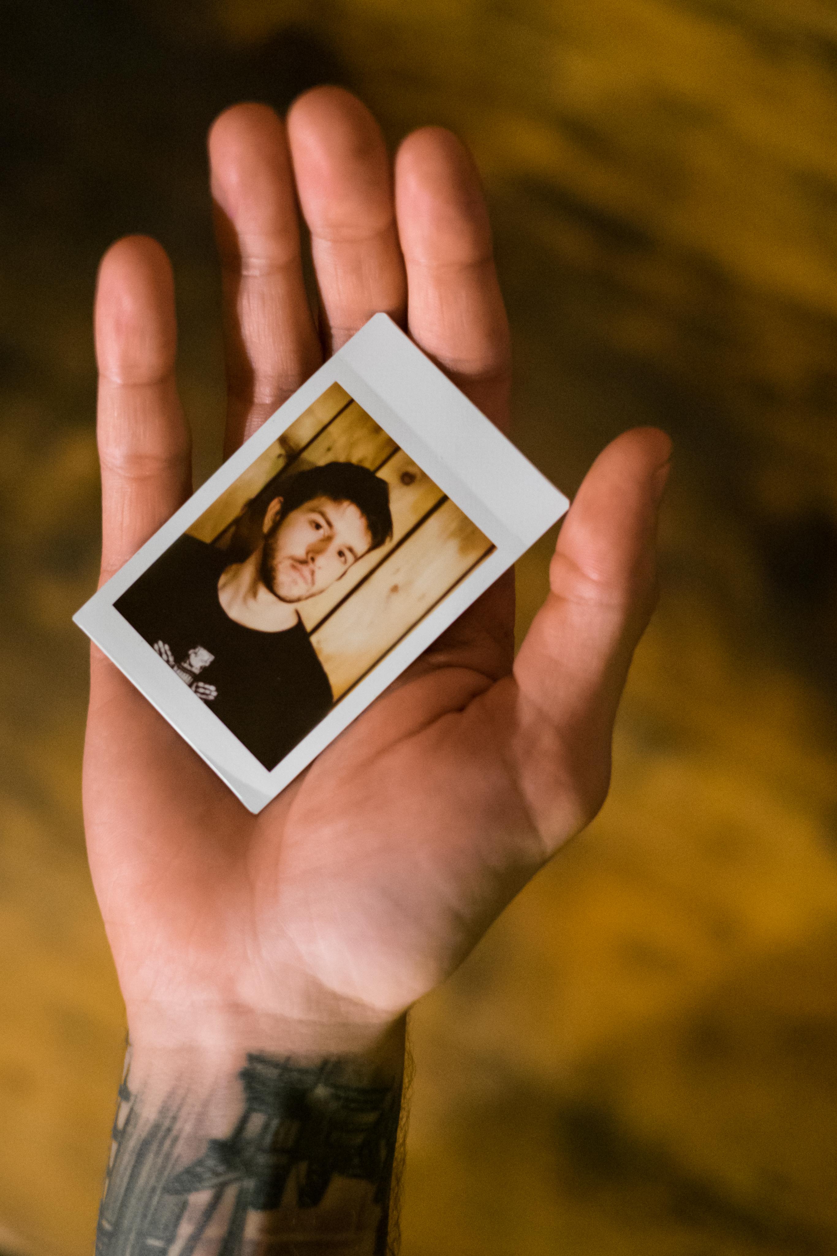 Olivier Bourget portrait dans la main-195