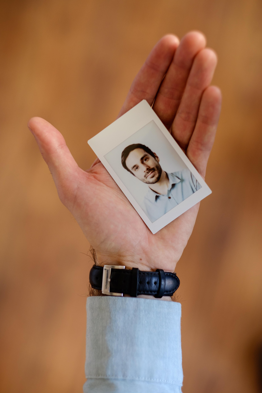 Olivier Bourget portrait dans la main-136