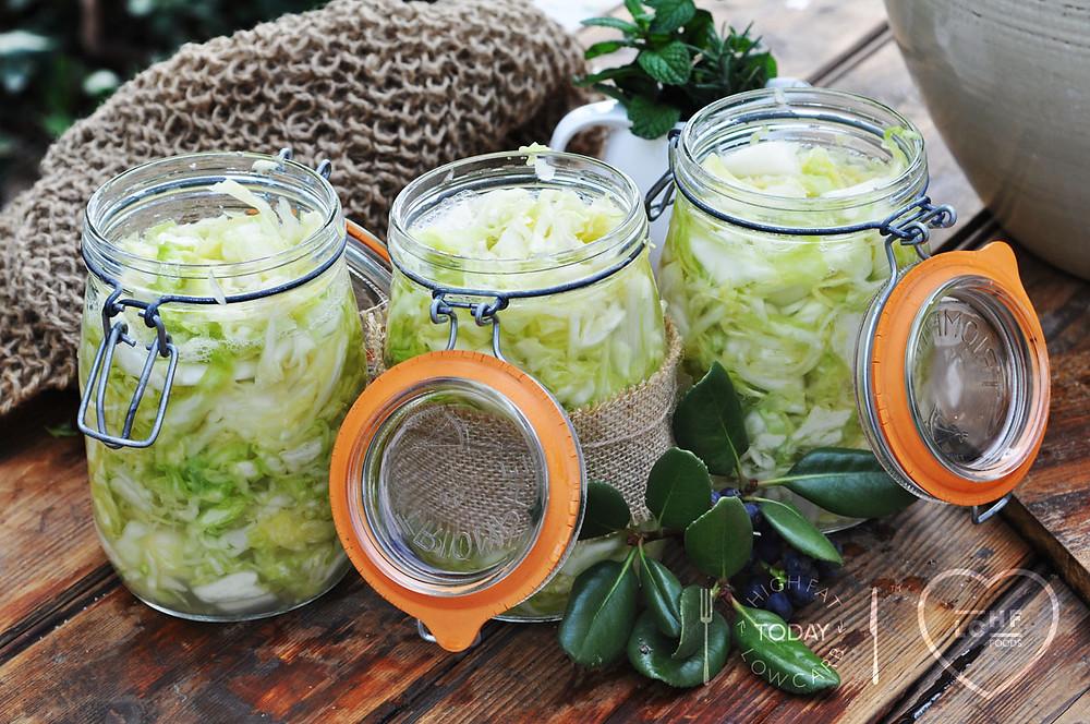Simple fermenting sauerkraut in jars