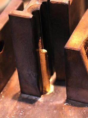 Das Gold wird zu einer Stange gegossen