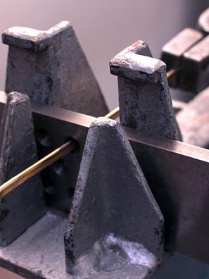 Das Gold wird durch ein Zieheisen gezogen