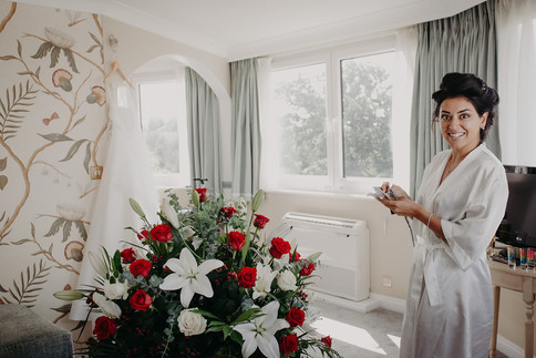4_L&R_Wedding_Bride_Surprise_Flowers-min
