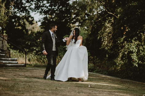 49_L&R_Wedding_Couple_Joyful_Walking-min