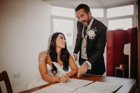 23_L&R_Wedding_Bride_Signing_Register-mi