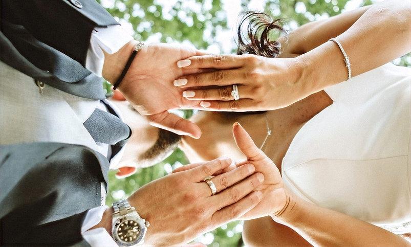 40_L%2526R_Wedding_Couple_Hands_Kiss-min