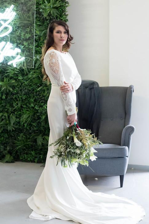 10-Bride-Bouquet-Portrait-White-Green-Mo