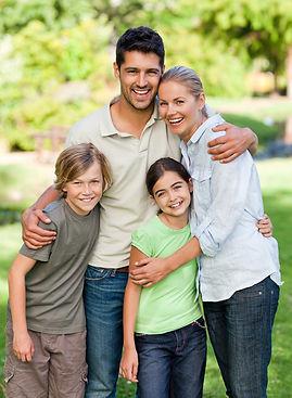 Familia feliz depois do tratamento piolhos e lêndeas