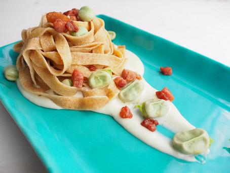 Fettuccine al farro fave e pancetta su crema di pecorino