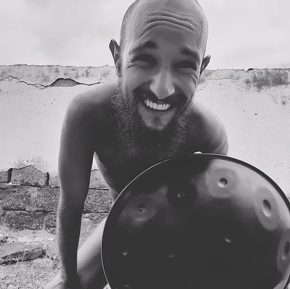 kanarischer_handpan_Musiker_Boris_lächelt_auf_LaGomera