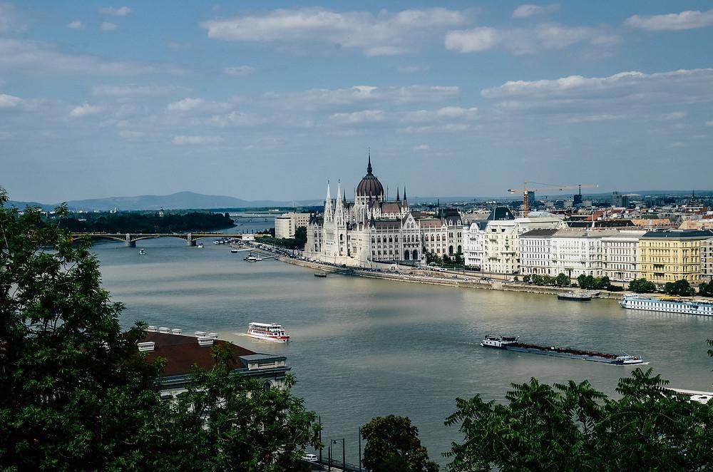Parlamento de Budapeste visto da colina do Castelo de Buda