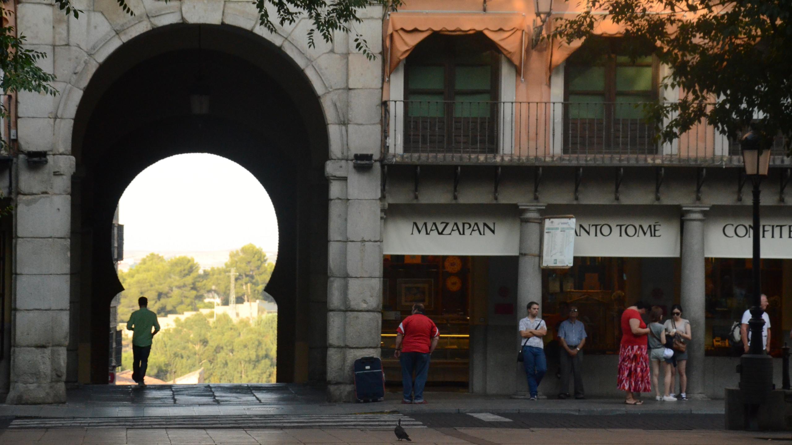 Ali é uma padaria onde se vende o doce tradicional da cidade, Mazapan. Esta praça é o centro da cidade murada, com vários restaurantes e pertinho do palácio.