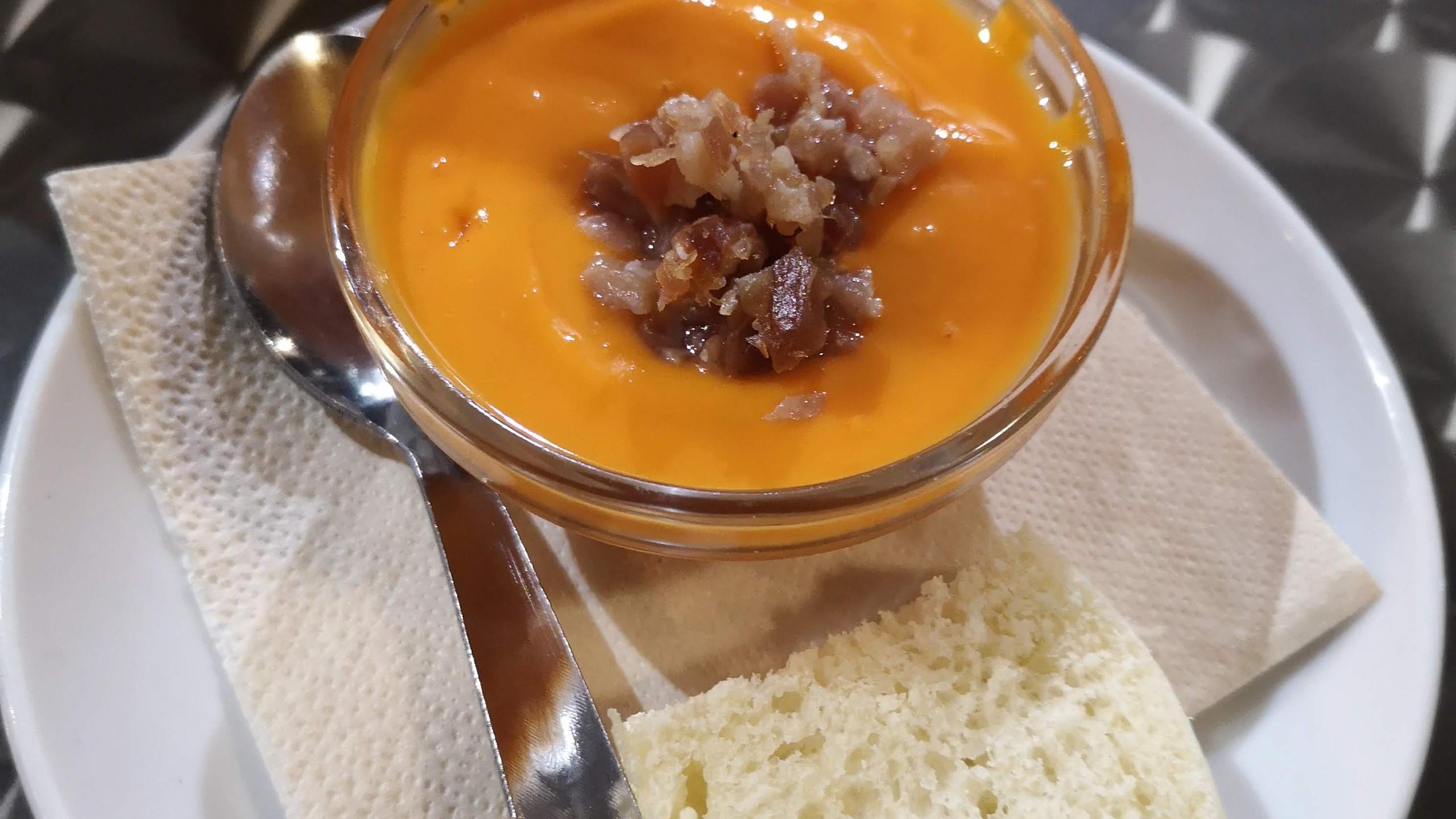 É uma sopa fria tradicional de Córdoba. Feita de pão, tomate, cebola, pepino e temperos.