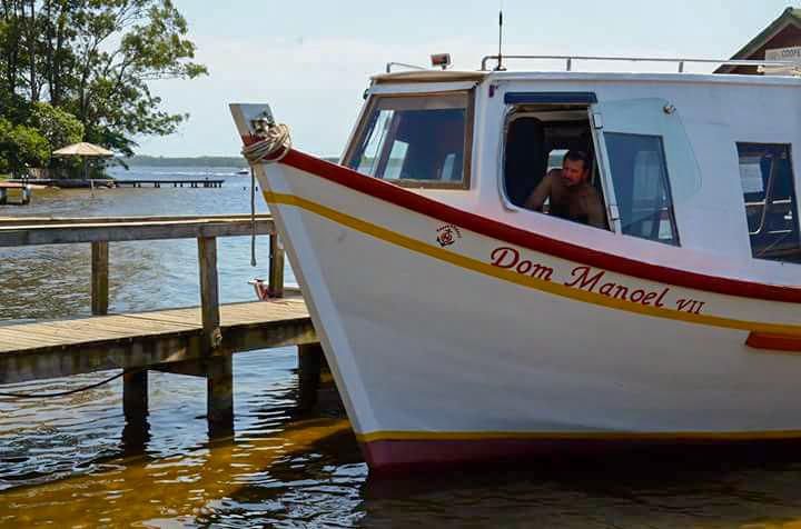 barco na costa da lagoa em florianópolis