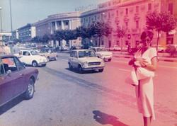 een vrouw bekijkt het leven door een roze bril