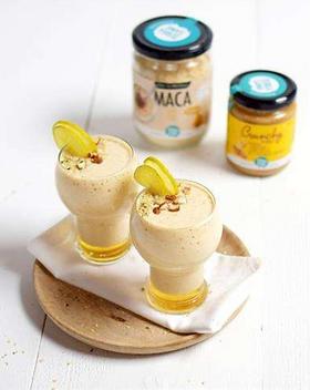 Doe alles in een blender en mix totdat een gladde mix van ingrediënten ontstaat. Garneer met de laatste eetlepel hennepzaad.