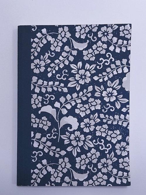 Carnet Daiso - Fleurs blanches sur fond bleu