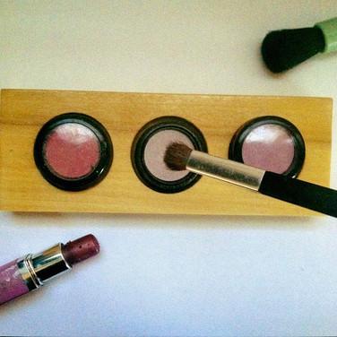 FATHER-IN-SAW's wooden eyeshadow organizer