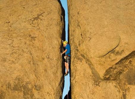 Between a rock and a hard place (Деловые английские идиомы)
