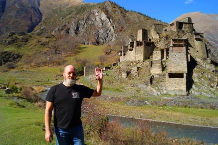 Репетитор по английскому перед родовой крепостью Шатили, Хевсурети, Грузия.