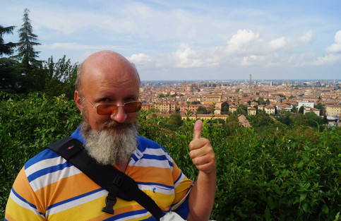 Репетитор по английскому на фоне Болоньи.