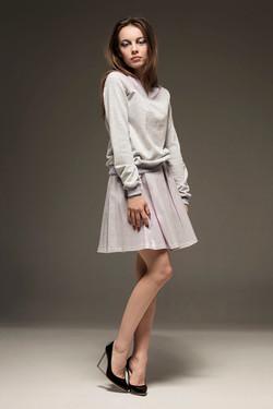 Jasna bluza i różowa spódnica