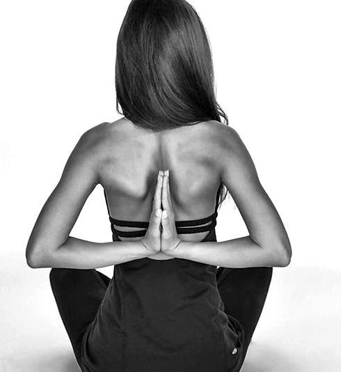 3-les-exercices-de-yoga-position-yoga-posture-photo-noir-et-blanc_edited.jpg