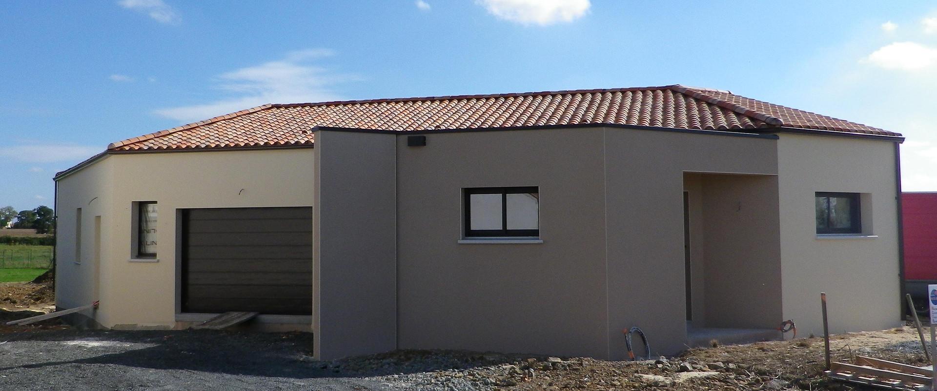 Maison neuve traditionnelle avec partie toiture terrasse
