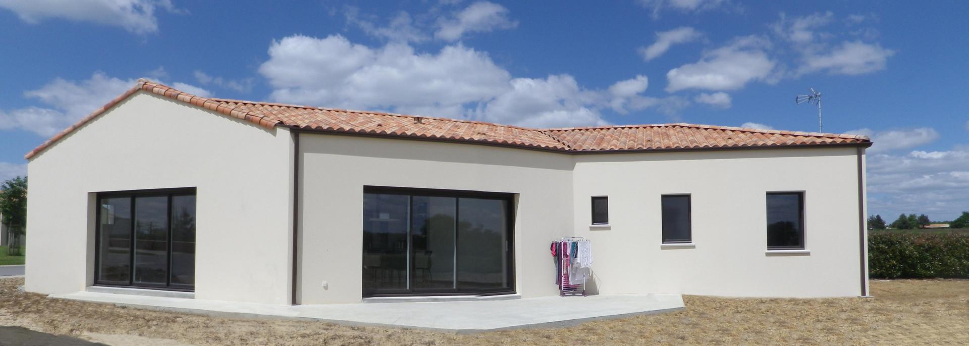 Maison traditionnelle avec partie toiture terrasse