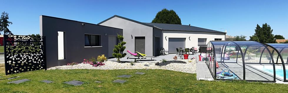 Maison couverture bac acier et toiture terrasse