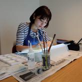 4歳から絵画教室に通い、幼少期から様々な絵画コンクールに入賞。東京造形大学造形学部で視覚伝達デザインを学ぶ。卒業後、デザイン会社勤務。  2017年、自身初めての絵本「しょうぎのくにのだいぼうけん」(講談社)で女流棋士の中倉彰子とタッグを組み、キャラクター原案と絵を手掛ける。  2019年二作目の絵本、「しょうぎのくにであそぼう」(講談社)を出版。