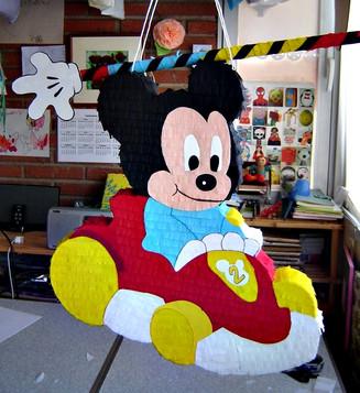 Mickey en coche