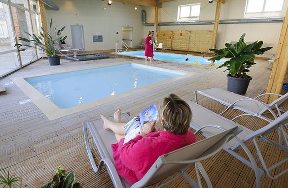 Piscine pataugeoire spa jacuzzi couverte chauffée privée douche vestiaire monampteuil laon aisne ferme du chateau résidence de vacances