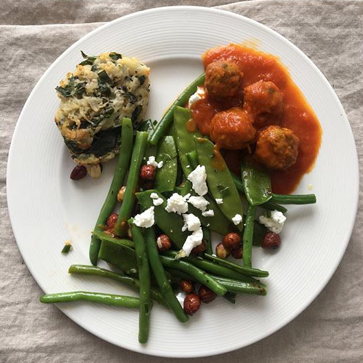 Green beans and mangetout with goat's cheese