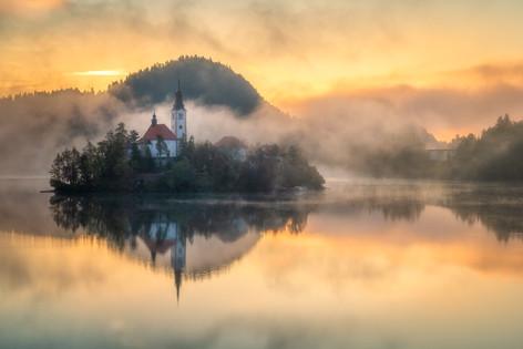 bledský ostrov v rannej hmle