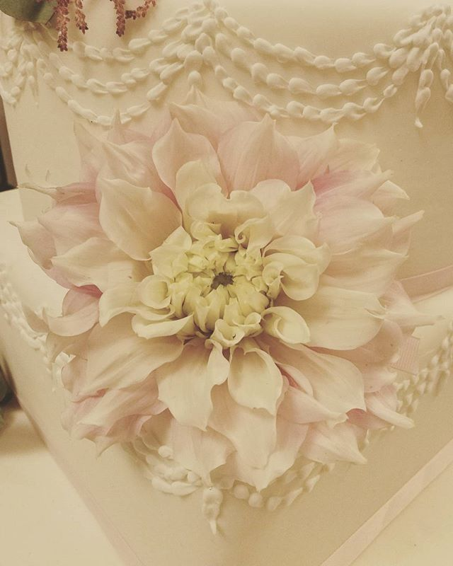 #details #flowers #weddingday #dalia #weddingplanner #weddingcake #weddinginitaly