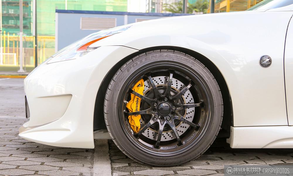 Nissan 370Z white wheel close up