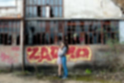 Photo de couple lifestyle en extèrieur friche, gare désaffectée, urbain