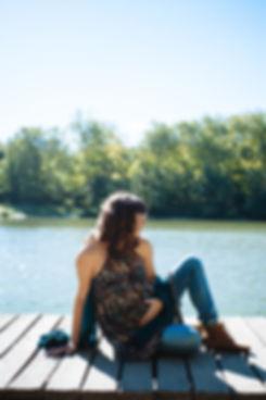 Séance grossesse au bord de l'étang dans la foret de meudon lifestyle en extèrieur friche, gare désaffectée, urbain