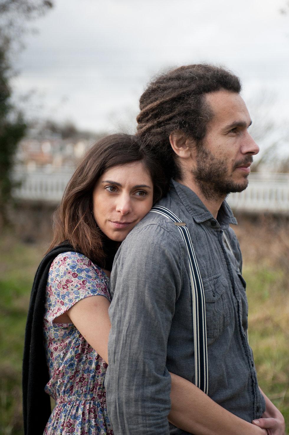 Photo de couple lifestyle en extèrieur friche, gare désaffectée, urbain, tags