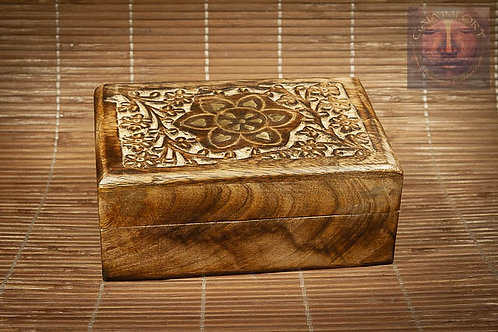 Boite en bois de Manguier antique avec couvercle sculpté.