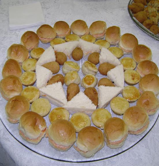 Mini brioche, empadas, mini sanduíche, coxinhas e folhado de banana