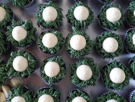 cupcakes com aplique de bola.jpg