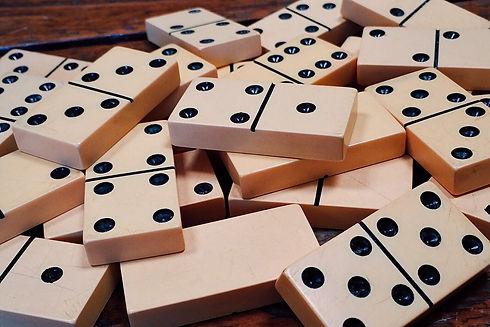 dominoes-1615704_1920.jpg