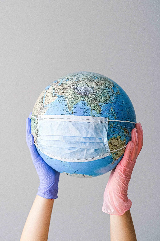Globe terrestre portant un masque chirurgicale